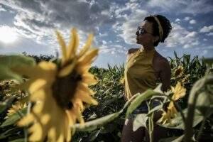 Sommer Porträt im Sonnenblumenfeld